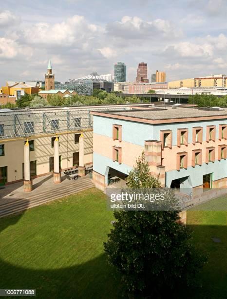 Wissenschaftszentrum Berlin mit Innenhof Kulturforum Potsdamer Platz Panorama Richtung Nordosten Ueberblickauf Philharmonie St Matthaeus Kirche Sony...
