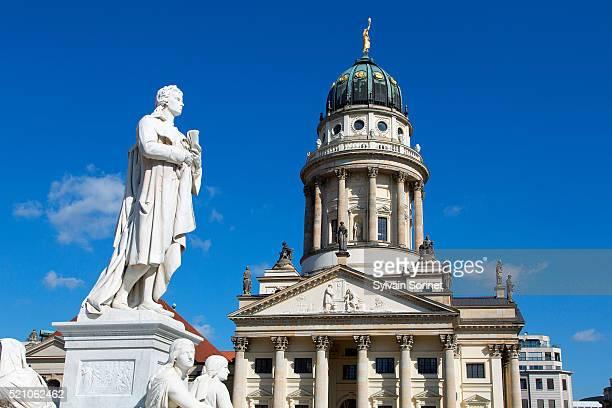 berlin, statue of friedrich schiller in the gendarmenmarkt - konzerthaus berlin stock pictures, royalty-free photos & images