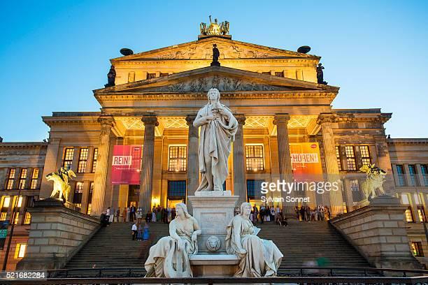 berlin, statue of friedrich schiller in the gendarmenmarkt - konzerthaus berlin - fotografias e filmes do acervo