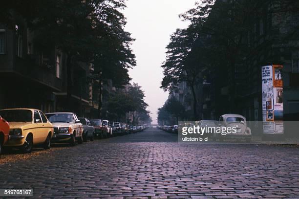 GER Berlin Strassen mit Kopfasteinpflaster und parkenden Autos