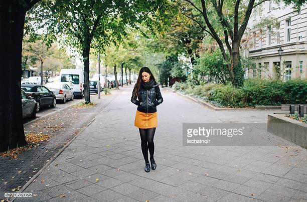 berlin street style portrait - gehweg stock-fotos und bilder