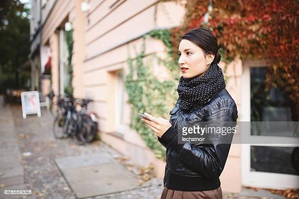 ベルリンストリートスタイルの肖像画 - プレンツラウアーベルグ ストックフォトと画像