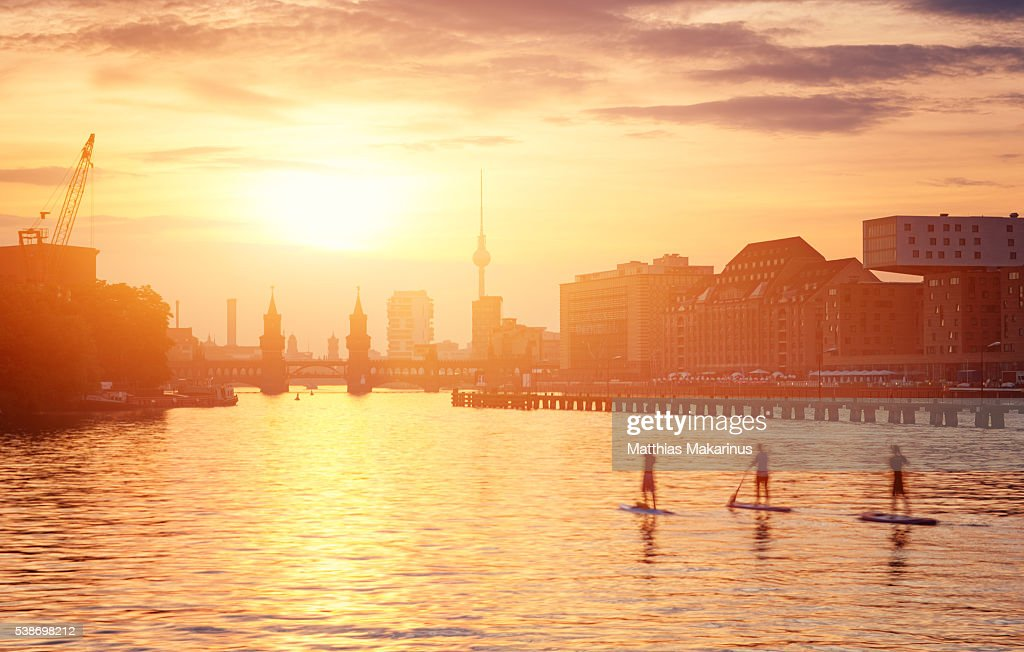 Berlin Summer Sunset Skyline with Paddle Surfing People : ストックフォト