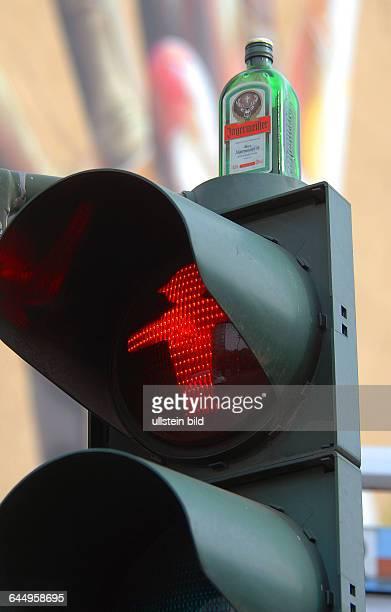 Berlin Szenekiez an der Koepenickerstrasse Jägermeister Flasche auf roter Ampel