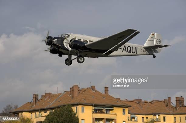 Berlin Tempelhof Flughafen BerlinTempelhof Anflug einer Junkers Ju52 im Hintergrund Haeuser an der Oderstrasse