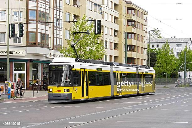Berlin Straßenbahn übergeben café und apartment-Gebäude
