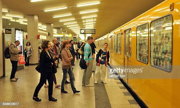 Berlin UBahn Bahnsteig Passagiere