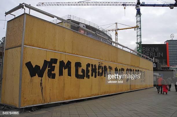 Berlin Umbau Kino Zoopalast der Bauzaun mit der Frage Wem gehört die Stadt im Hintergrund das BikiniHaus und das EuropaCenter