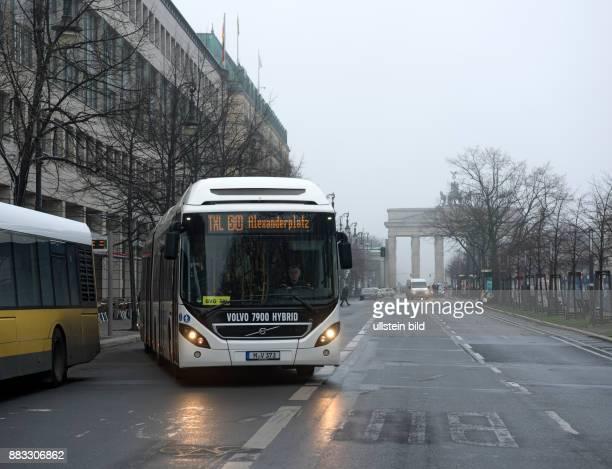 DEU 10117 Berlin Unter den Linden im Hintergrund das Brandenburger Tor Testbus auf der Linie TXL Berliner Verkehrsbetriebe der HybridGelenkbus Volvo...
