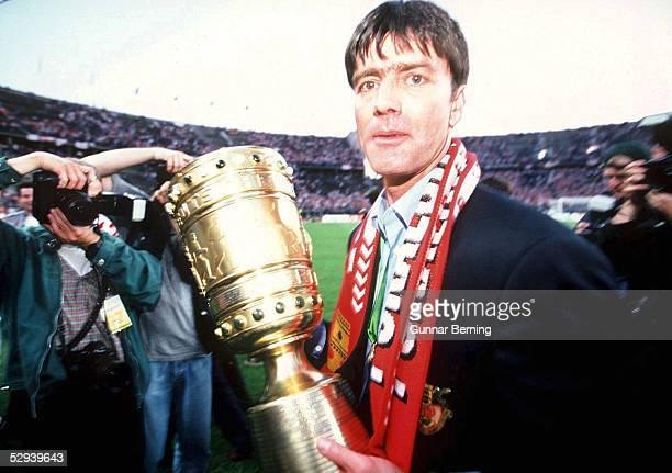 Berlin VFB Trainer Joachim LOEW mit Pokal