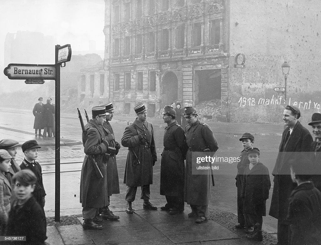 Wahlen Berlin 5.12.1948 - Militärpolizei und Polizei bewachen die Sektorengrenze in Wedding : News Photo