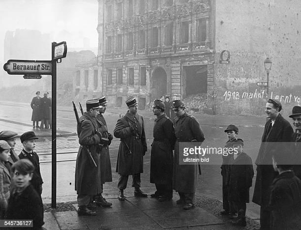 Berlin Wahlen zur Stadtverordnetenversammlung in WestBerlin Französische Militärpolizei und BerlinerPolizisten auf Wache an der Sektorengrenzean der...
