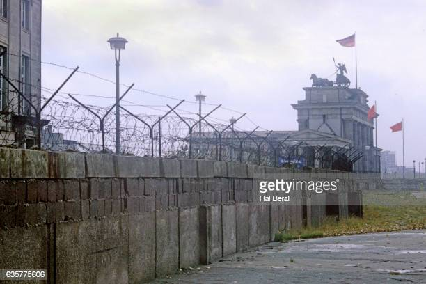 berlin wall and brandenberg gate - cold war stock pictures, royalty-free photos & images