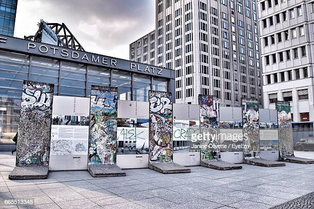 berlin wall at postdamer platz - berliner mauer stock-fotos und bilder