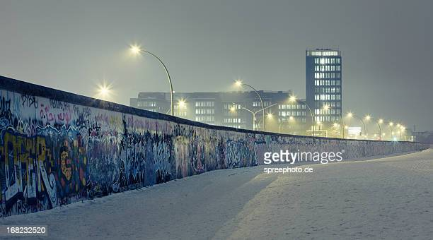 berlin wall at winter with mist an nightlights - berlin wall fotografías e imágenes de stock