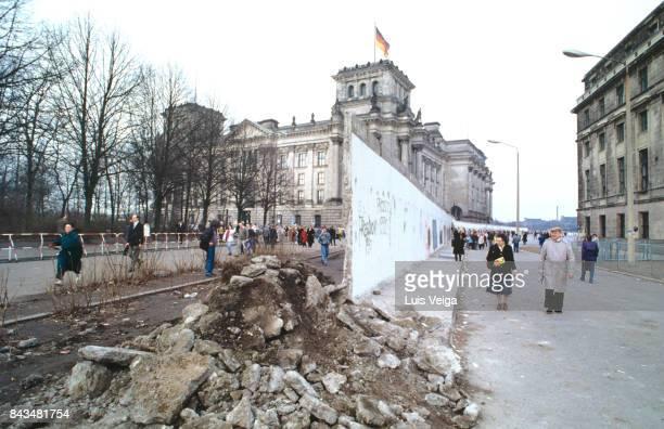 berlin wall between brandenburg gate and reichstag on december 27, 1989. - chute du mur de berlin photos et images de collection
