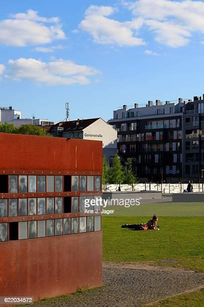 muro de berlín memorial - bernauer strasse fotografías e imágenes de stock