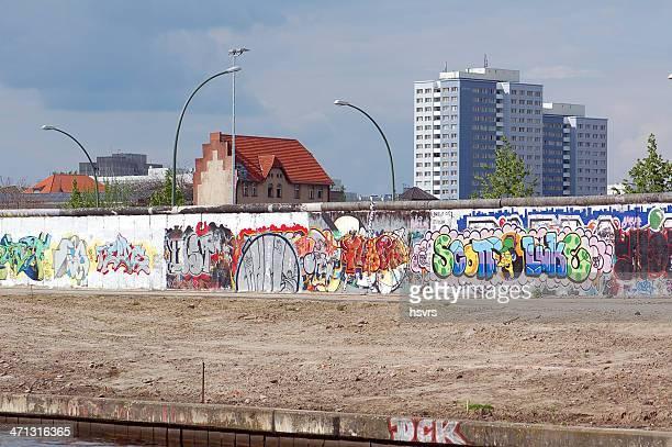 ベルリンの壁にグラフィティのザシンプソンズ(ドイツ) - フリードリッヒハイン ストックフォトと画像
