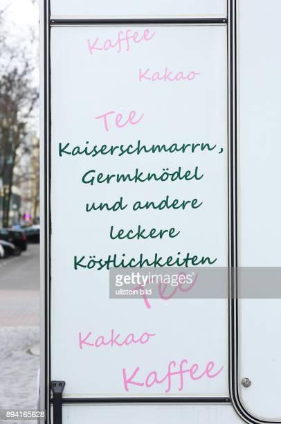 Berlin Warenangebot auf dem Wochenmarkt am KarlAugustPlatz Werbung an einem Verkaufswagen Kaffee Kakao Tee Kaiserschmarrn Germknödel und andere...