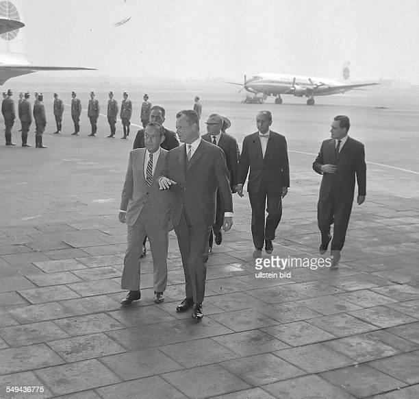Willy Brandt empfängt am den New Yorker Bürgermeister Robert F Wagner jr auf dem Flughafen Tempelhof