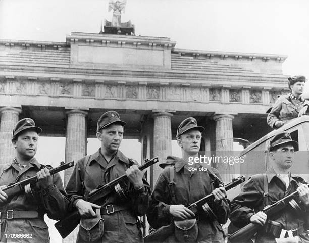 Berlin workers militia protecting the gdr state border to west berlin at the brandenburg gate august 13 1961