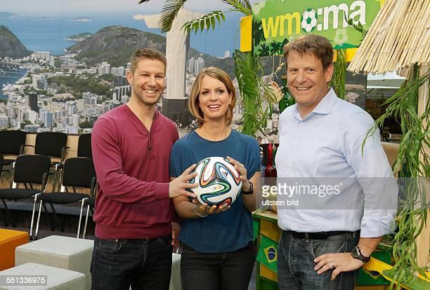 Berlin, ZDF-Moma-WM-Café , Fototermin mit:WM-Experte Thomas Hitzlsperger, Moderatorin Jessy Wellmer und Redaktionsleiter Thomas Fuhrmann, Foto:...