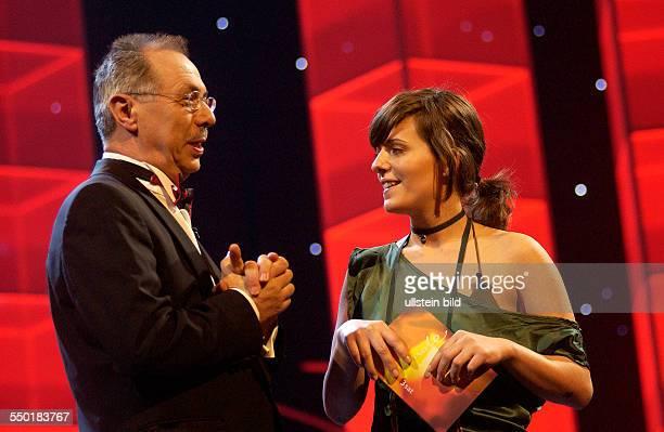 BerlinaleLeiter Dieter Kosslick und Moderatorin Sarah Kuttner anlässlich der Verleihung der SHOOTING STAR AWARD 2006 während der 56 Internationalen...