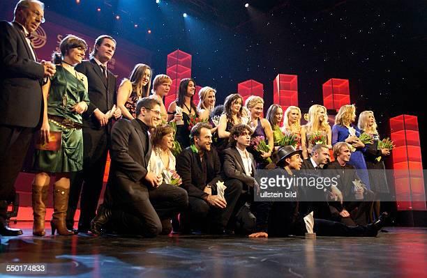 BerlinaleLeiter Dieter Kosslick und TVModeratorin Sarah Kuttner präsentieren die Preisträger des SHOOTING STAR AWARDS 2006 vlnr hinten Björn Hlynur...