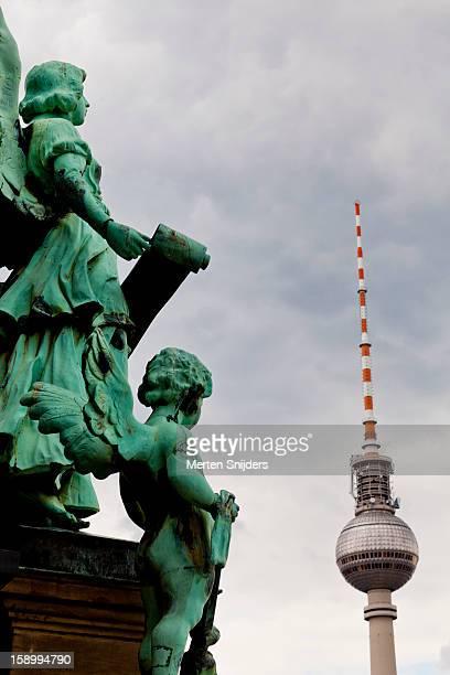 berliner dom statue and fernsehturm - merten snijders photos et images de collection