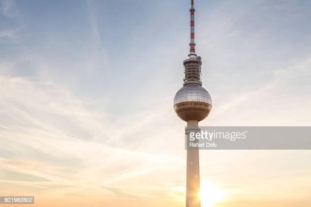 berliner fernsehturm - the tv tower of berlin - wahrzeichen stock-fotos und bilder