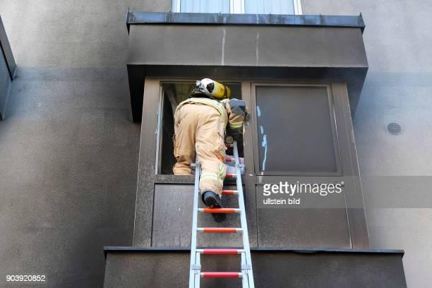 Berliner Feuerwehr bei Löscharbeiten bei einem Wohnungsbrand in der Soldiner Straße in BerlinWedding vier Personen der umliegenden Wohnung wurden...