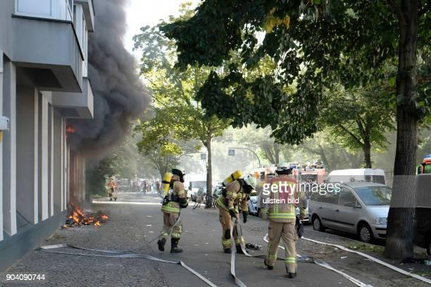 Berliner Feuerwehr bei Löscharbeiten bei einem Wohnungsbrand in der Soldiner Straße in Berlin-Wedding. Vier Personen der umliegenden Wohnung wurden...