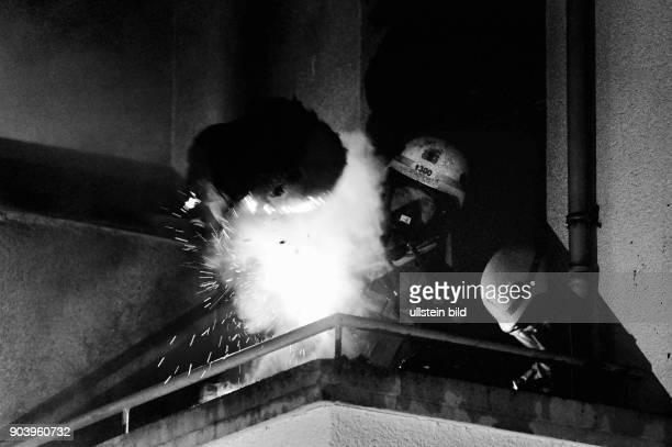 Berliner Feuerwehr bei Löscharbeiten Einrichtungsgegenstände brannten auf einem Balkon eines Hinterhauses in der Schönhauser Allee in...