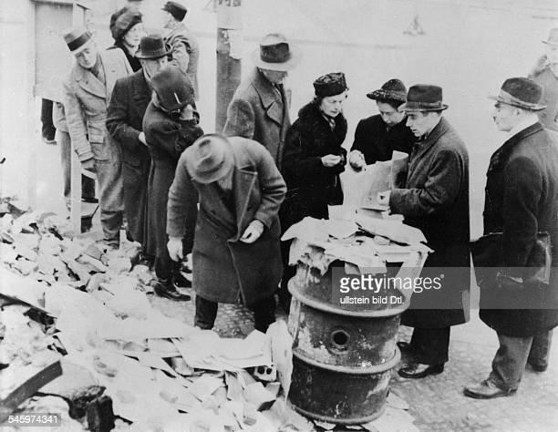 Berliner kaufen Zeitungen mit denBerichten von den Nürnberger Prozessen