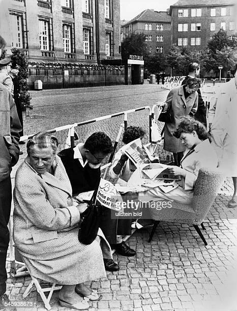 Berliner vor dem Rathaus Schönebergin Erwartung des Besuchs von PräsidentJohn F. Kennedy