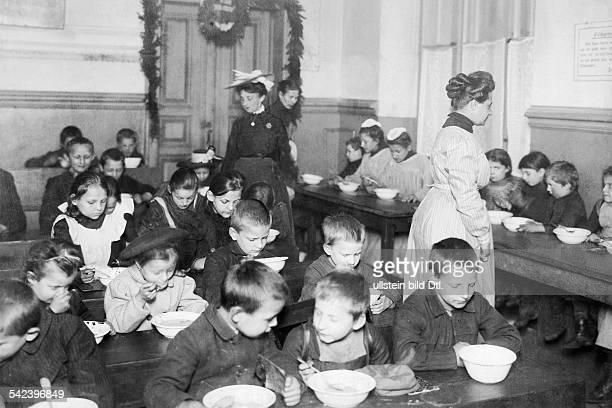 Berliner Wohlfahrtseinrichtungen In einer Volksküche erhalten Kinder eine warme Suppe um 1904