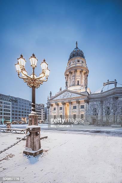 berlin,gendarmenmarkt with german cathedral (deutscher dom) at snowfall - schneebedeckt stock pictures, royalty-free photos & images