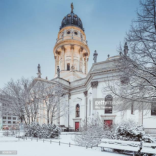 berlin,gendarmenmarkt with german cathedral (deutscher dom) at winter,... - schneebedeckt stock pictures, royalty-free photos & images