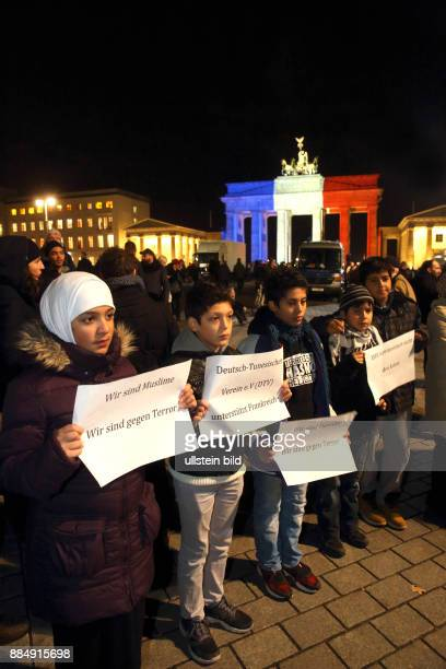 Berlin trauert mit Paris Gedenken an die Terroranschläge des 13 November 2015 in Paris Bei dem brutalen Attentat sind weit mehr als 100 Todesopfer zu...