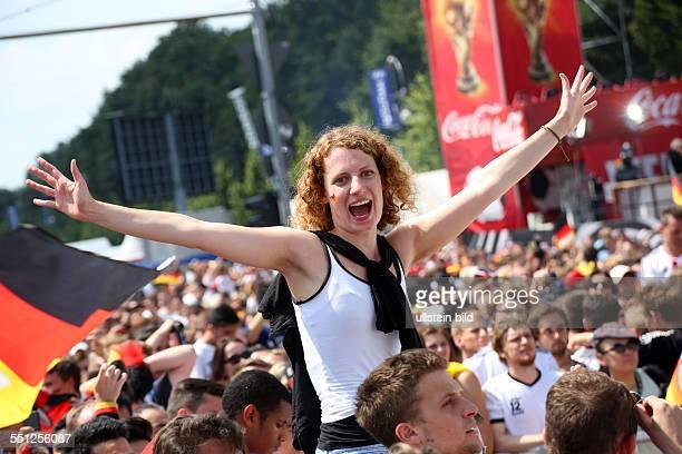 Fanfest auf der Straße des 17 Juni vor dem Brandenburger Tor anlässlich der FIFA Fußball WM 2014 in Brasilien Empfang der Weltmeister