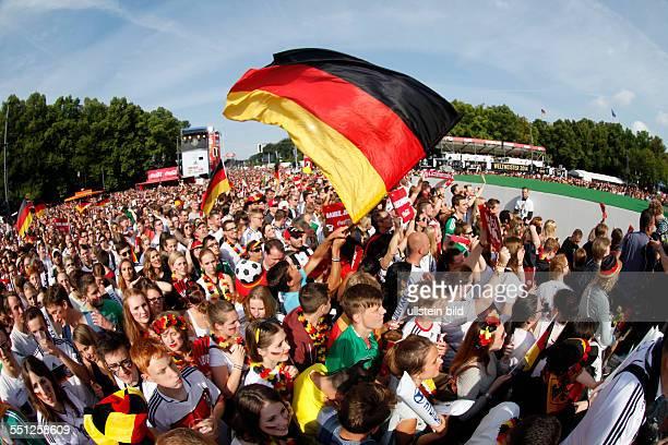 Fanfest auf der Straße des 17 Juni vor dem Brandenburger Tor anlässlich der FIFA Fußball WM 2014 in Brasilien Empfang der Weltmeister Glückliche Fans...
