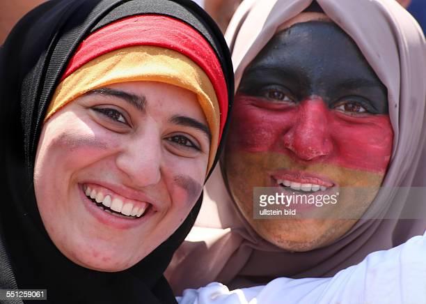 Fanfest auf der Straße des 17 Juni vor dem Brandenburger Tor anlässlich der FIFA Fußball WM 2014 in Brasilien Empfang der Weltmeister Weibliche Fans...