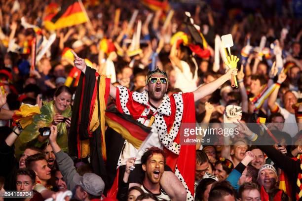 Fanfest auf der Straße des 17 Juni vor dem Brandenburger Tor anlässlich der FIFA Fußball WM 2014 in Brasilien Finale Deutschland gegen Argentinien 1 0