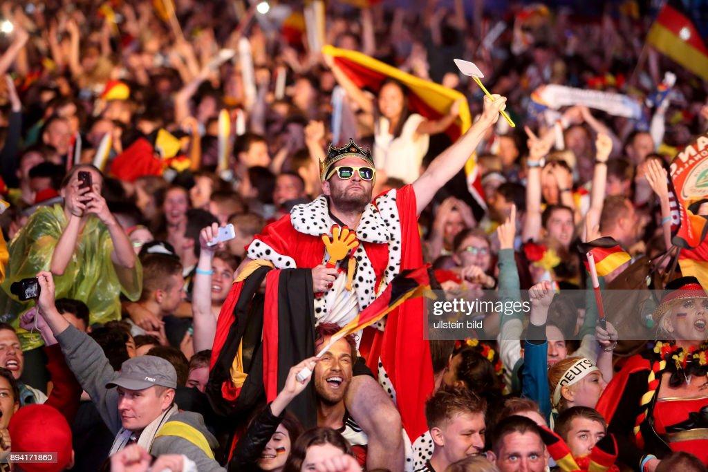 Fanfest Auf Der Strasse Des 17 Juni Vor Dem Brandenburger