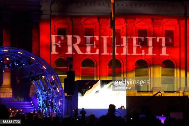 Festveranstaltung vor dem Reichstagstagsgebäude am Tag der Deutschen Einheit 2015 Anlässlich des 25jährigen Jubiläums wohnten zahlreiche Besucher dem...