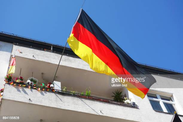 Fußball EM 2016 in Frankreich Es kann losgehen Berlin rüscht auf zur bevorstehenden Europameisterschaft Geschmückter Balkon eines Fußballfans mit...