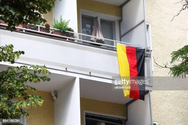 Fußball EM 2016 in Frankreich Europameisterschaft Geschmückter Balkon eines Fußballfans mit Deutschlandflagge