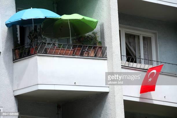 Fußball EM 2016 in Frankreich Geschmückter Balkon eines Fußballfans mit türkischer Flagge