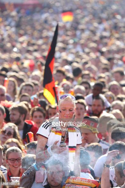 Fußball UEFA EM 2016 in Frankreich Fanfest auf der Straße des 17 Juni vor dem Brandenburger Tor Fans in den Farben SchwarzRotGold mit zahlreichen...