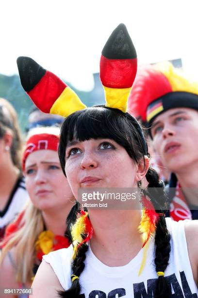 Fußball UEFA EM 2016 in Frankreich Fanfest auf der Straße des 17Juni vor dem Brandenburger Tor Fans in den Farben SchwarzRotGold mit zahlreichen...